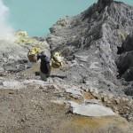 Le cratère du kawa Ijen et un porteur de souffre